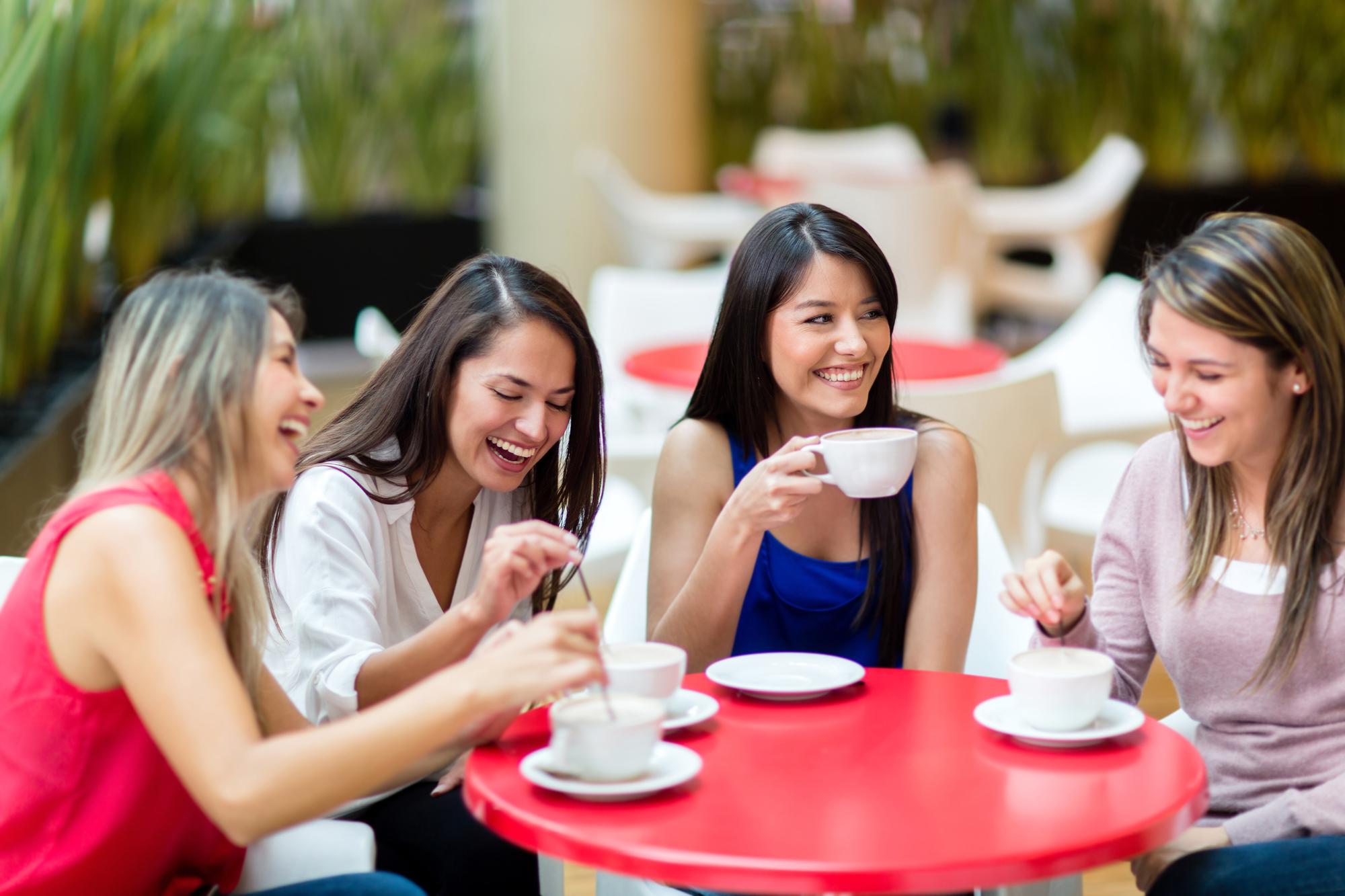 Друзья в кафе в картинках